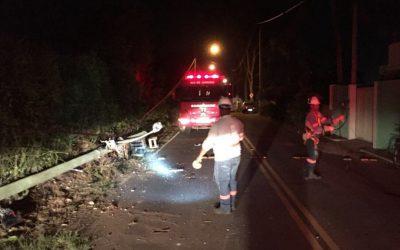 Carro colide contra poste e deixa dois feridos em SJB