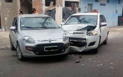 Colisão entre dois carros em SJB