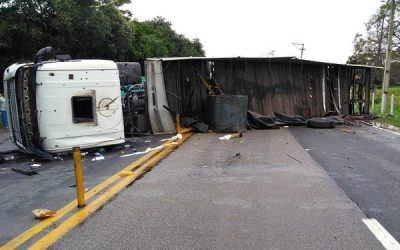 Caminhoneiro ferido após carreta tombar e interditar trecho da BR-101 em Campos