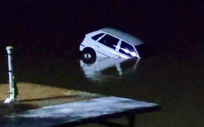 Carro cai no Rio Paraíba do Sul em SJB