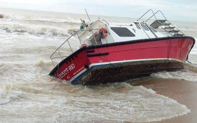 Tempestade arrasta lancha para beira mar de Grussaí