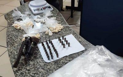 Mulher presa com revólver e drogas no Centro de SFI